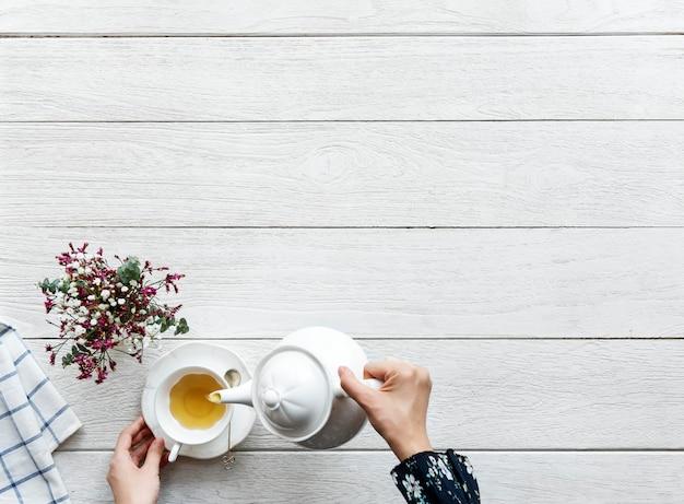 Vista aérea do conceito de pausa e relaxamento de bebida de chá quente com espaço de cópia