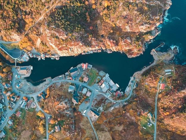 Vista aérea do corpo de água entre edifícios