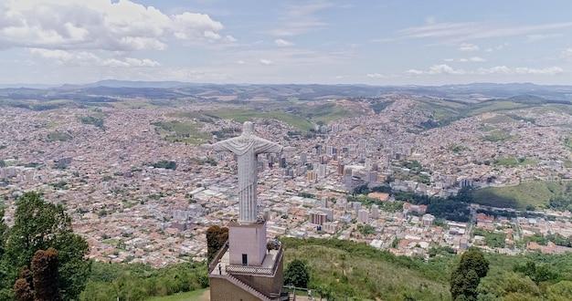 Vista aérea do cristo redentor na cidade de pocos de caldas no fundo da cidade