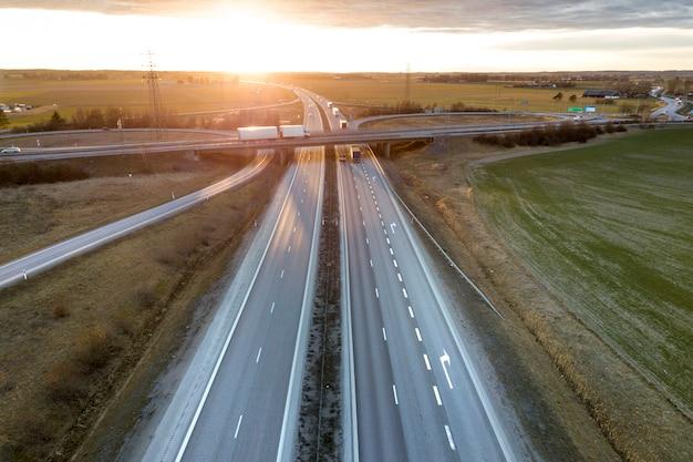 Vista aérea do cruzamento da estrada moderna rodovia