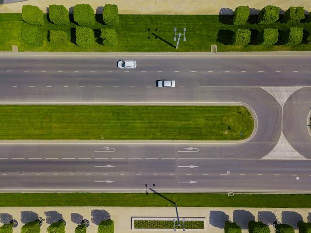 Vista aérea do cruzamento de veículos, tráfego da cidade com carros na estrada.