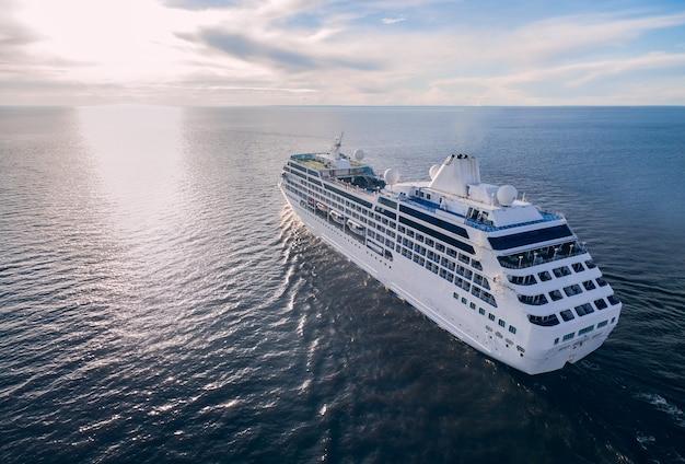 Vista aérea do cruzeiro navegando em mar aberto ao pôr do sol