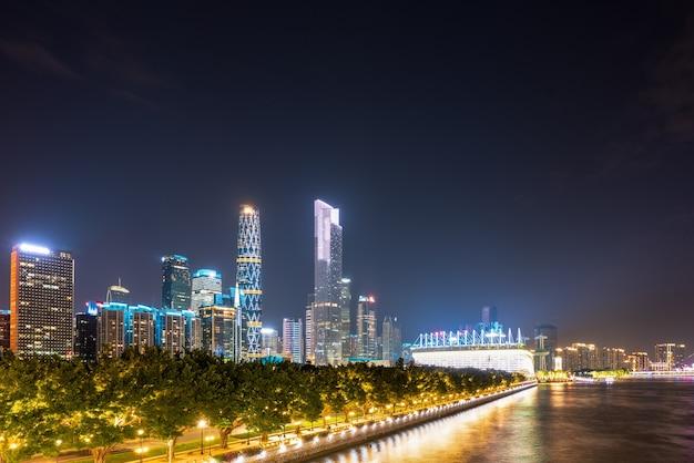 Vista aérea do cruzeiro noturno pelo rio das pérolas em guangzhou