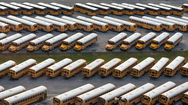 Vista aérea do depósito de ônibus escolar amarelo