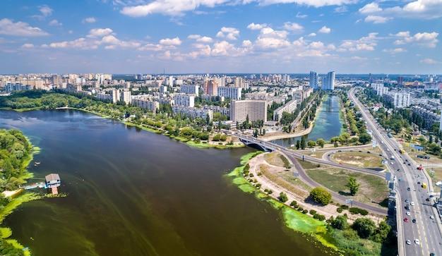 Vista aérea do distrito de rusanivka, em kiev, capital da ucrânia