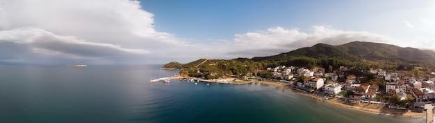 Vista aérea do drone da aldeia olympiada em halkidiki, grécia