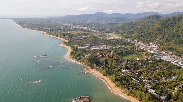 Vista aérea do drone da comunidade e muitos reosrt em khao lak, phang nga, tailândia.