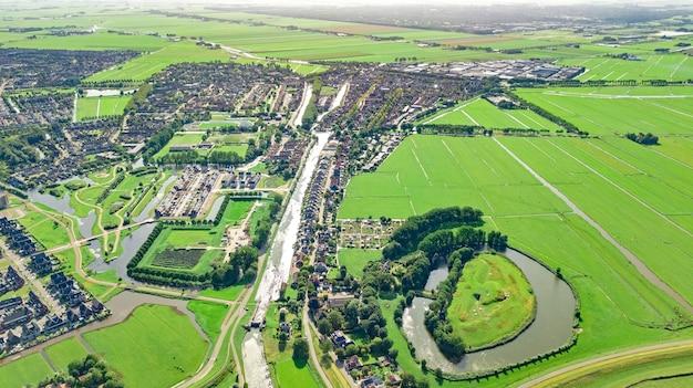 Vista aérea do drone da paisagem urbana da cidade de edam vista de cima