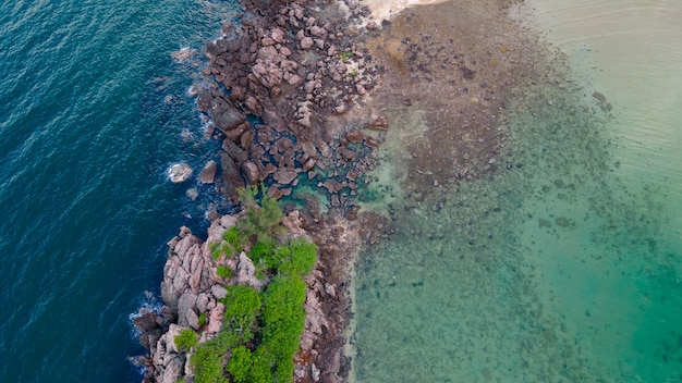 Vista aérea do drone de ângulo superior parte das pequenas ilhas koh huapin praia de mar azul claro, baía de bo thonglang, destino de viagem em bang saphan, prachuap khiri khan, tailândia, mar calmo de praia de rocha azul