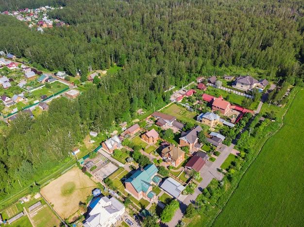 Vista aérea do drone de beleza de uma casa de campo