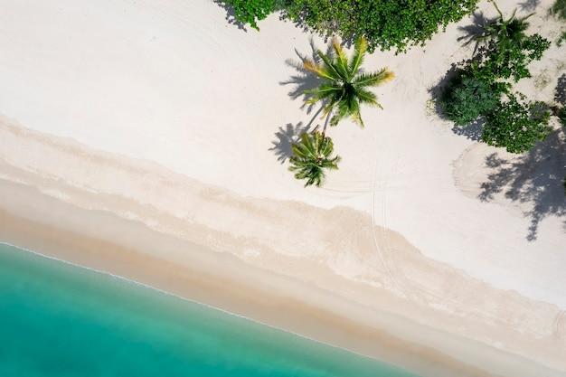 Vista aérea do drone de cima para baixo em phuket tailândia praia tropical