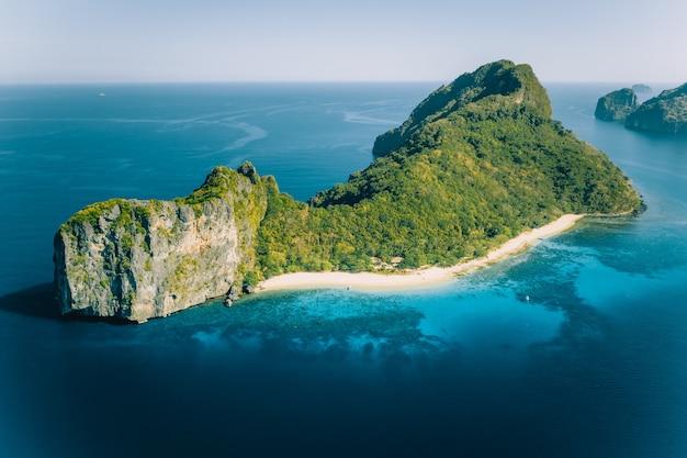 Vista aérea do drone de dilumacad chamada ilha do helicóptero em el nido, palawan, filipinas.