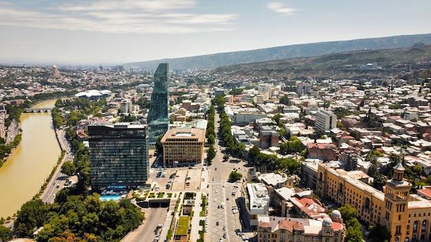 Vista aérea do drone de tbilisi, geórgia centro de negócios de vários edifícios com muita vegetação