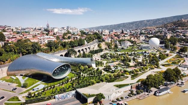 Vista aérea do drone de tbilisi, geórgia. rike park com vegetação e edifícios modernos, rio kura