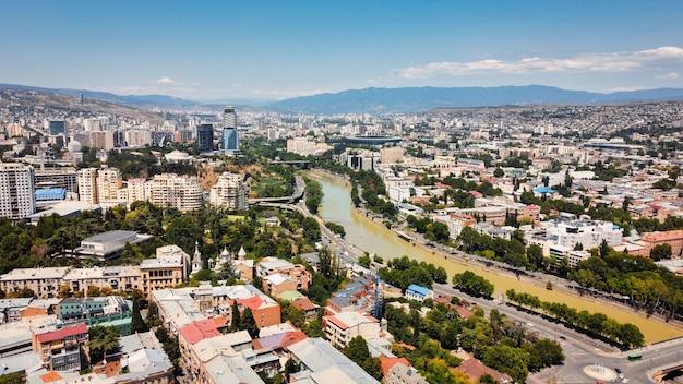 Vista aérea do drone de tbilisi, geórgia. vários edifícios com muito verde