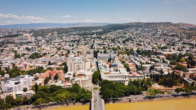 Vista aérea do drone de tbilisi, geórgia. vários edifícios, muito verde, rio kura