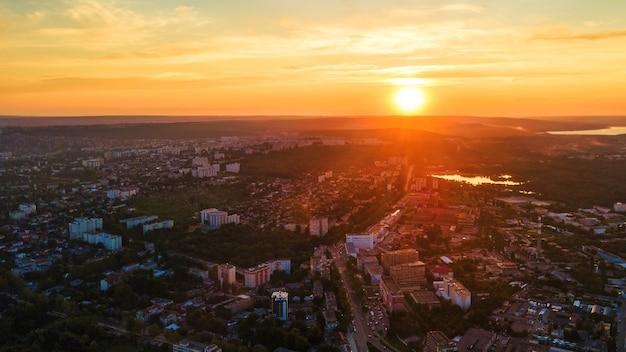 Vista aérea do drone do centro de chisinau vista panorâmica de várias estradas de edifícios