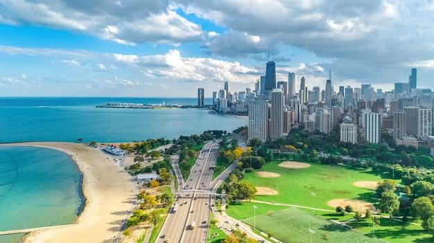 Vista aérea do drone do horizonte de chicago, lago michigan e a paisagem urbana dos arranha-céus do centro de chicago