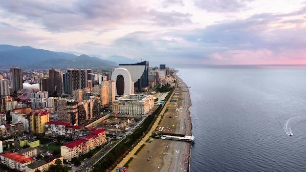 Vista aérea do drone do litoral edifícios do mar negro, vegetação, montanhas, céu nublado