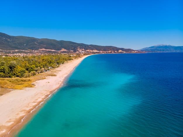 Vista aérea do drone do mar azul em asprovalta, grécia