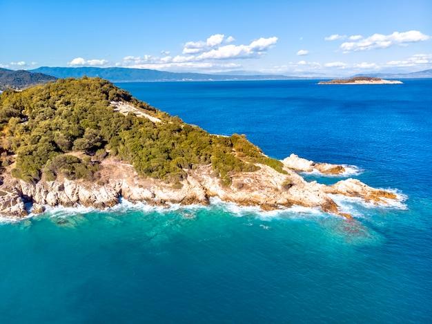Vista aérea do drone do mar e das rochas em olympiada halkidiki, grécia