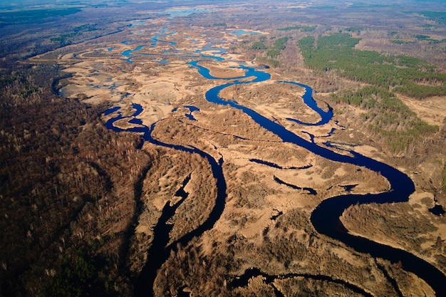 Vista aérea do drone do rio na paisagem natural do vale