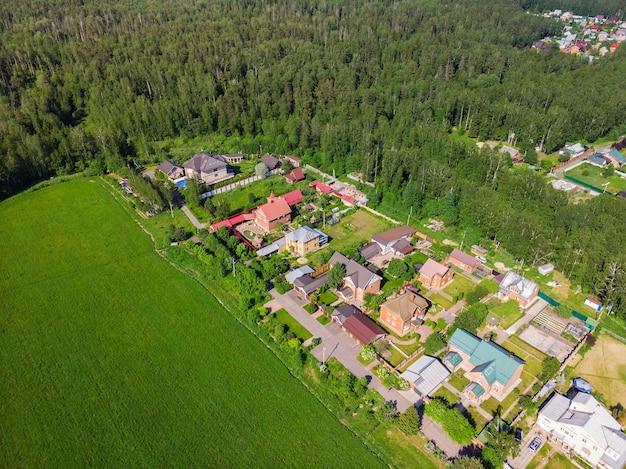 Vista aérea do drone superior de beleza de casas de campo.