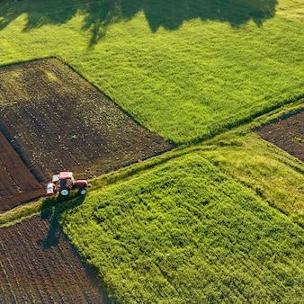 Vista aérea do drone, uma visão panorâmica de campos agrícolas com uma estrada que atravessa