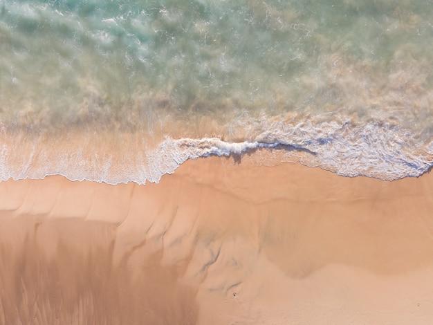 Vista aérea do drone vista superior da areia do mar da praia e água do mar