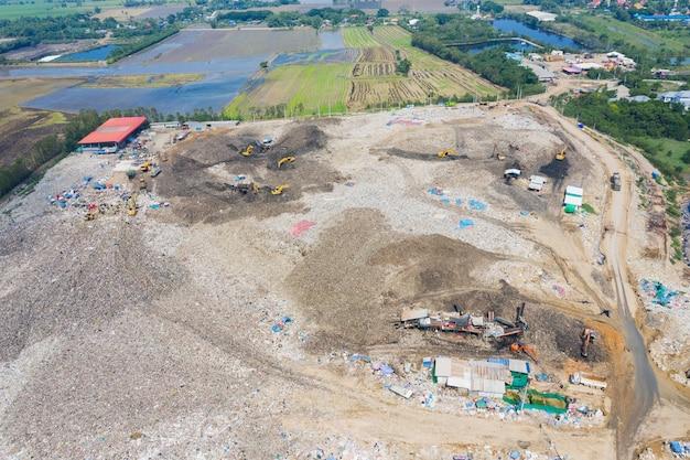 Vista aérea do drone voador da pilha de lixo