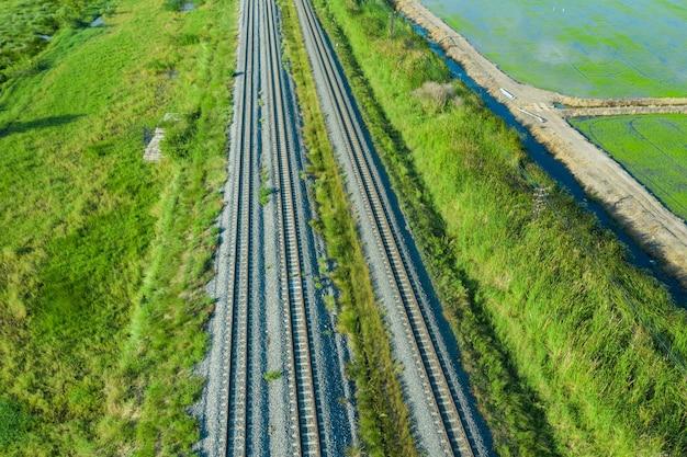 Vista aérea do drone voador dos trilhos da ferrovia