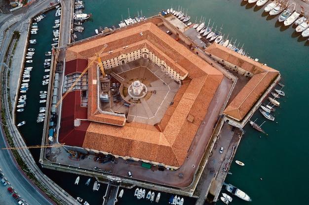 Vista aérea do edifício pentagonal chamado mole vanvitelliana na itália