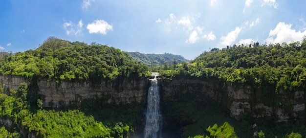 Vista aérea do el salto de tequendama, uma das cachoeiras mais imponentes da colômbia, alimentada pelo poluído rio bogotá