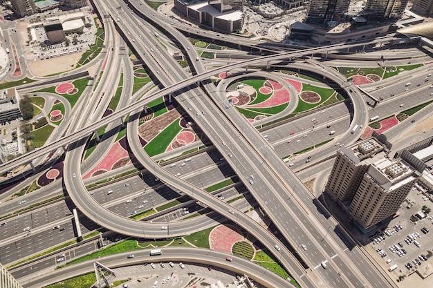 Vista aérea do entroncamento rodoviário em dubai, emirados árabes unidos