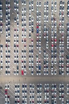 Vista aérea do estacionamento automotivo