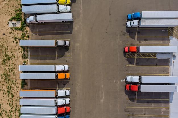 Vista aérea do estacionamento com caminhões no cais de transporte dos reboques da área de descanso dos caminhões