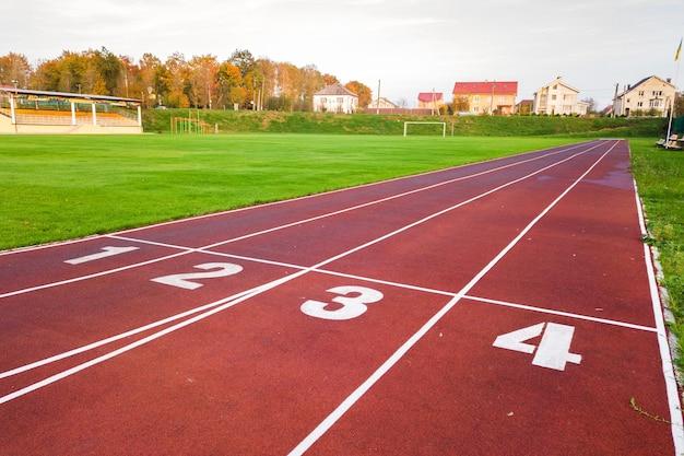 Vista aérea do estádio esportivo com pistas vermelhas