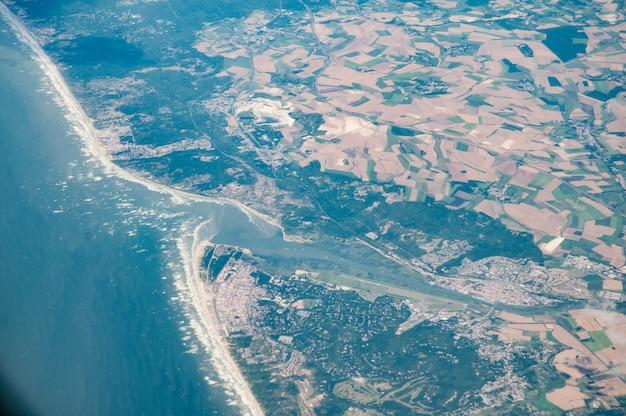 Vista aérea do estuário do rio somme e abbeville, frança
