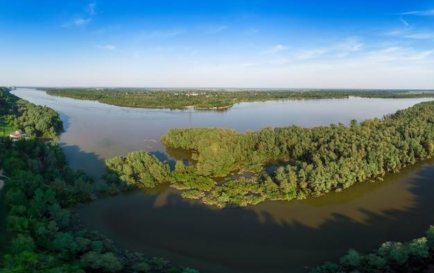 Vista aérea do grande rio ob siberiano