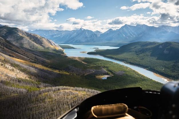 Vista aérea do helicóptero das montanhas rochosas