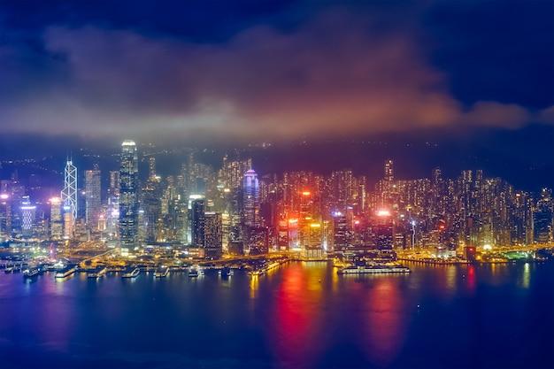 Vista aérea do horizonte iluminado de hong kong. hong kong, china