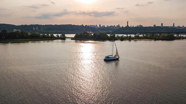 Vista aérea do iate navegando no rio dnieper no pôr do sol de cima
