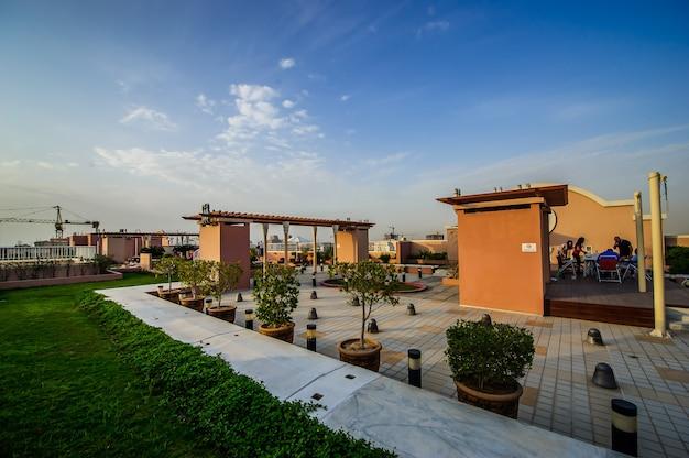 Vista aérea do jumeirah village circle, uma comunidade radial em dubai