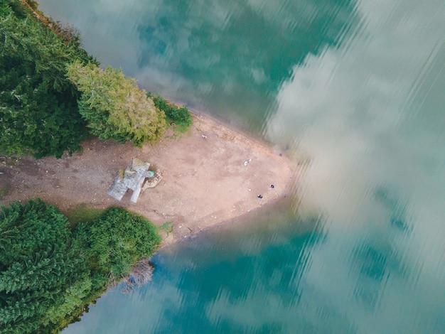 Vista aérea do lago cárpato synevyr, temporada de outono