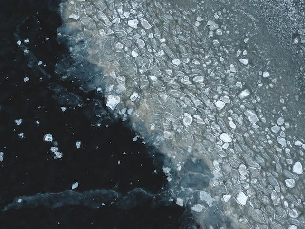 Vista aérea do lago congelado quebrado