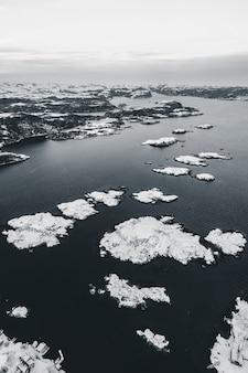 Vista aérea do lago congelado