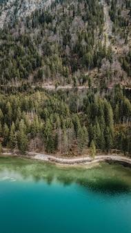 Vista aérea do lago de água azul em frente à montanha