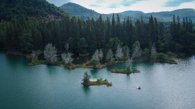 Vista aérea do lago e da floresta de pinheiros no parque público de liwong, chana, songkhla, tailândia