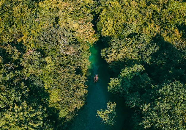 Vista aérea do lago e do barco