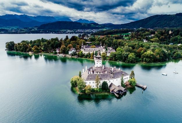 Vista aérea do lago gmunden schloss na áustria